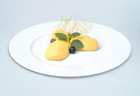Cocos-Mango-Fruchtcreme von Lys da Capo auf Teller angerichtet